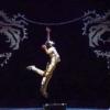 Un coinvolgente Luca Fiorino dà vita sul palco ad un moderno Icaro