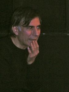 L'attore durante l'incontro con gli spettatori dopo lo spettacolo