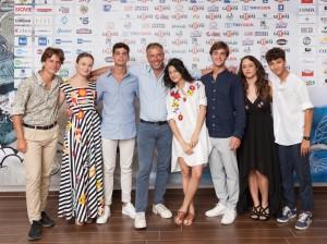 Ivan Cotroneo con sette ragazzi del cast (foto Gaetano Del Mauro)