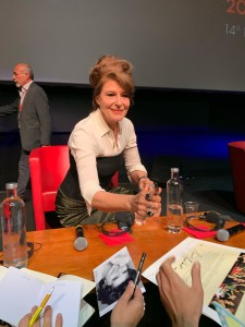 Fanny Ardant firma autografi al termine della conferenza stampa